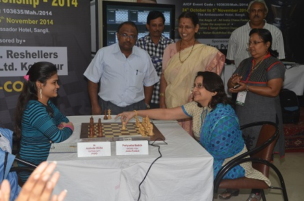 Dr.Rutha Kulkarni (Chief guest) inaugurates 8th round against IM Nisha Mohota