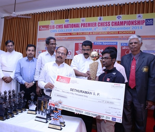 1 Sethuraman receives the winner's trophy and a cheque for Rs 250000