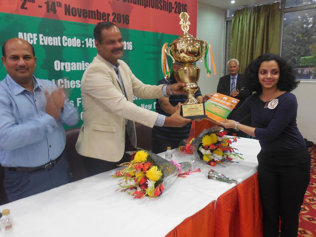 national-women-champion-padmini-rout-receiving-winners-trophy-from-group-captain-j-rajendra-2